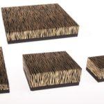 SERIE KENIA, RIVESTITA TIPO PELLE SCAMOSCIATA ELEGANTISSIMA.   l'astuccio è completo di scatola in cartoncino maculato. formati: anello - 6,5x6,5 - 9x9 - bracciale steso - collana