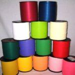 IN CARTA, PLASTICA, RASO, YUTA E TESSUSO ANIMATO.   vasto assortimento di nastri e coccarde per la tua confezione regalo, dalla pasticceria al nastro in raso personalizzato e non. Formati, misure e colori a scelta.